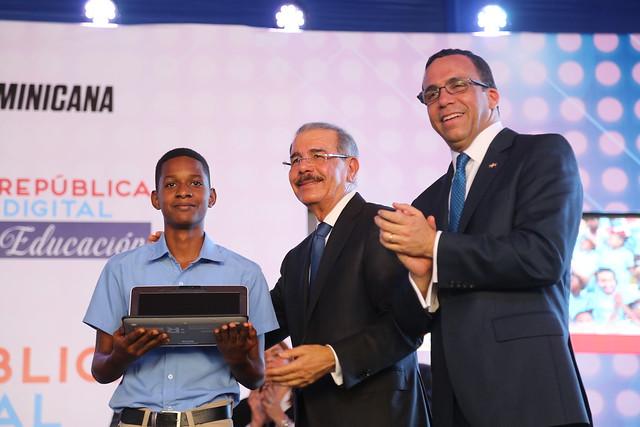 Gobierno da inicio a República Digital Educación, cientos de estudiantes reciben laptops