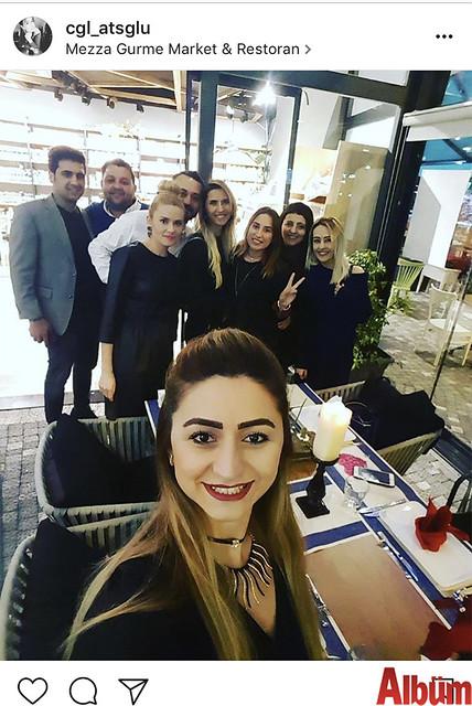 Çağla Ateşoğlu, Mezza Gurme'de düzenlenen Duygu Yüksel'in doğum günü kutlamasından bu fotoğrafı paylaştı.