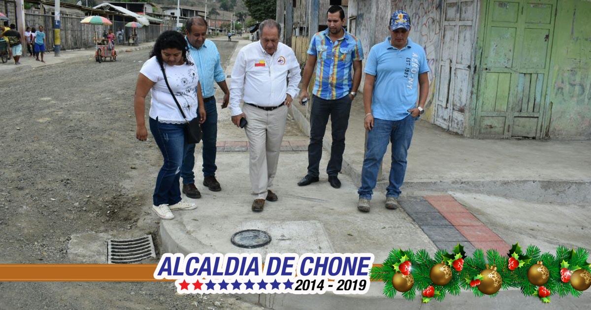 Alcalde de Chone inspeccionó trabajos de aceras y bordillos en parroquia Convento