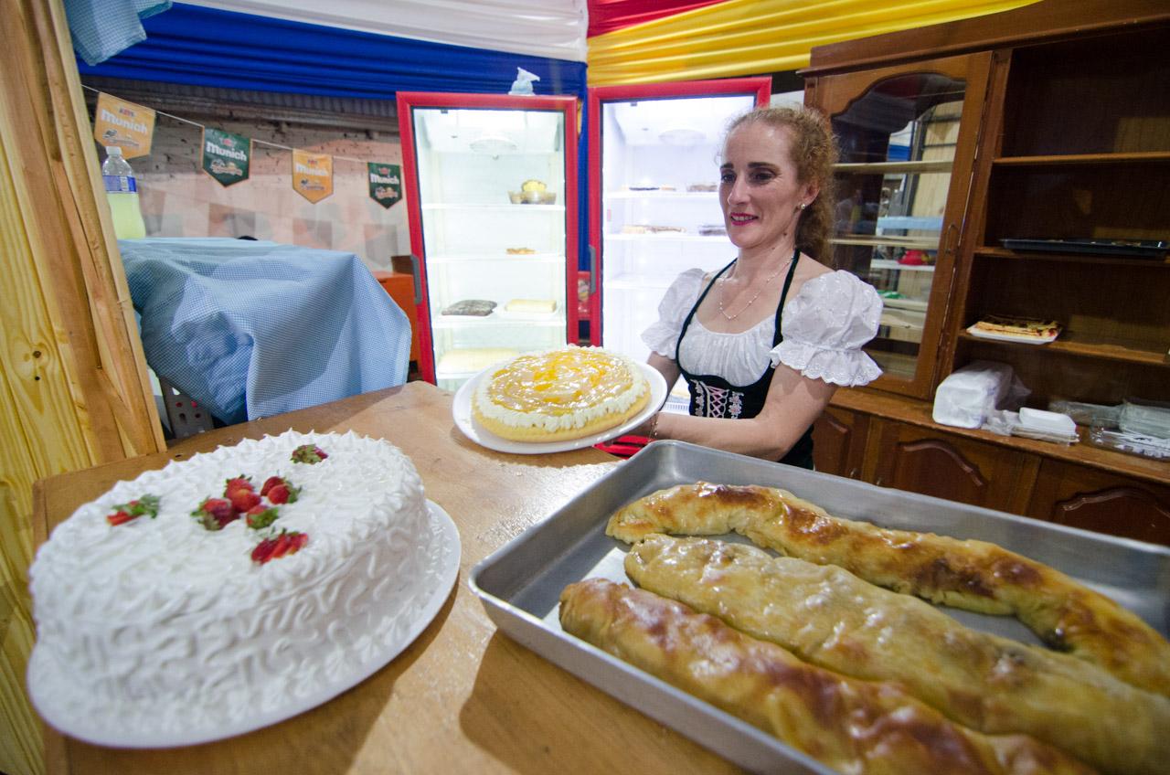 Maribel Schukowsky viste el traje típico alemán y muestra los deliciosos postres que se venden en el patio de comidas del Club Alemán. (Elton Núñez).