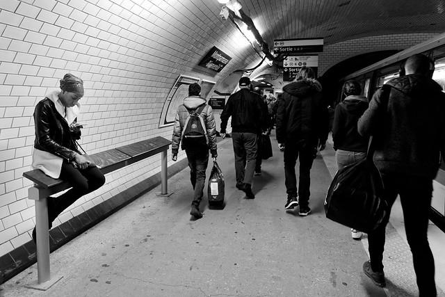 La fille de Montparnasse en attente du métro