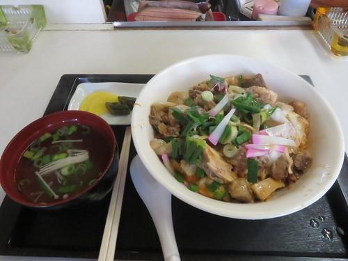 金沢競馬場の世界館のホルモン煮込み丼
