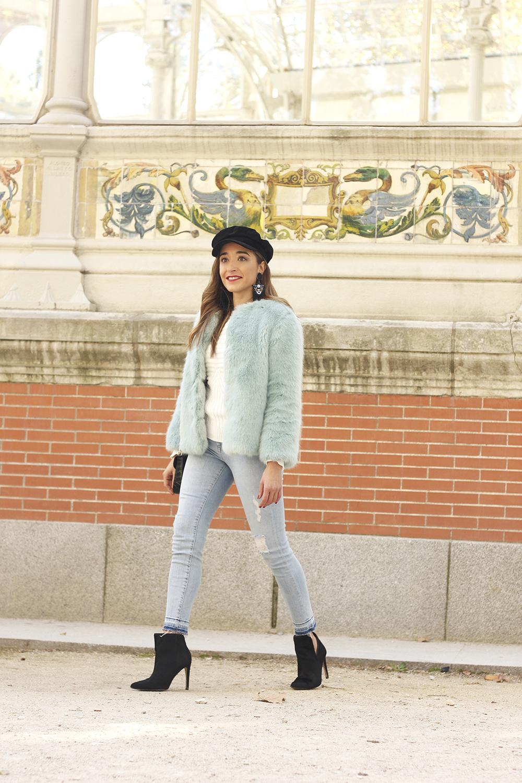 blue light faux fur coat navy cap ripped jeans zara tiger uterqüe earrings outfit street style05