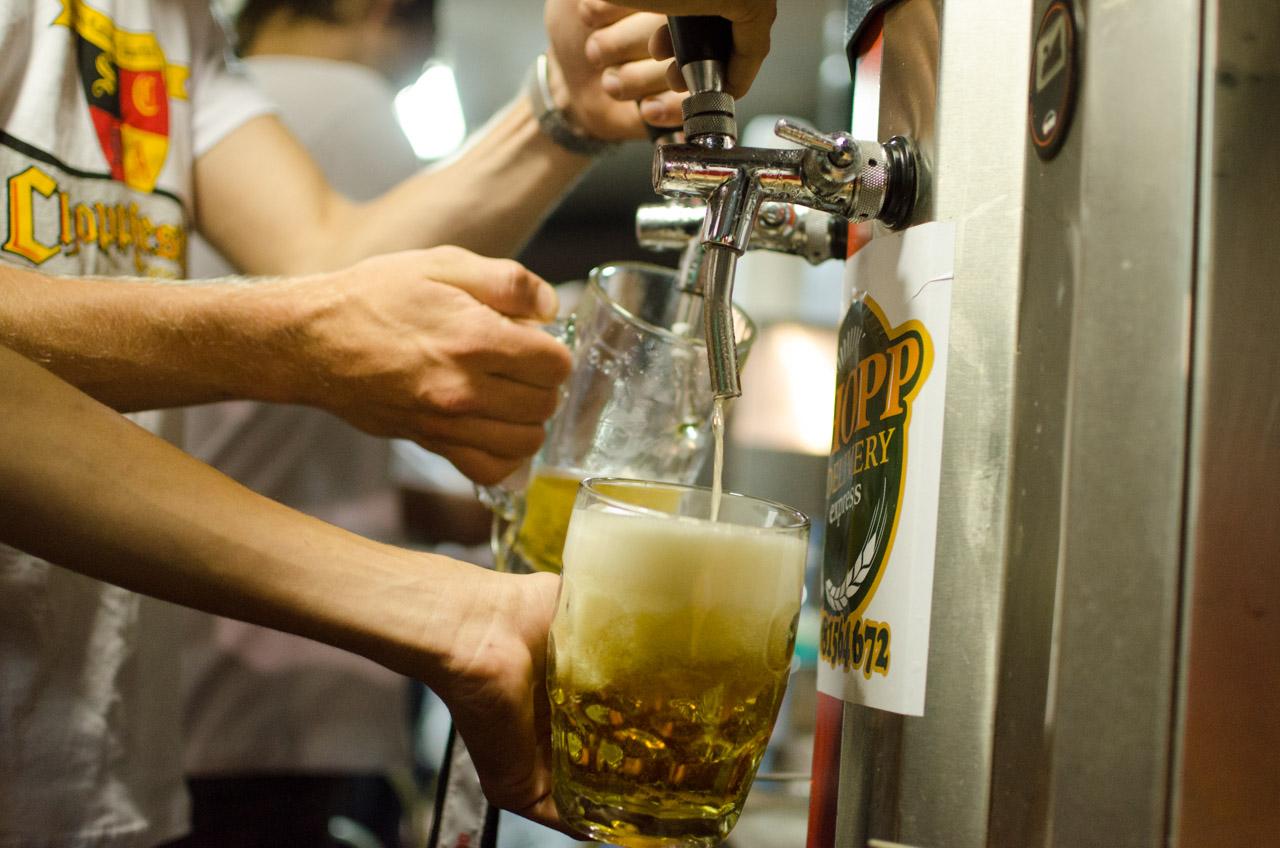El staff distribuye cerveza sin parar en el 44 aniversario del Club Alemán de Obligado. (Elton Núñez).
