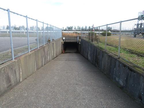 金沢競馬場の内馬場公園への地下通路