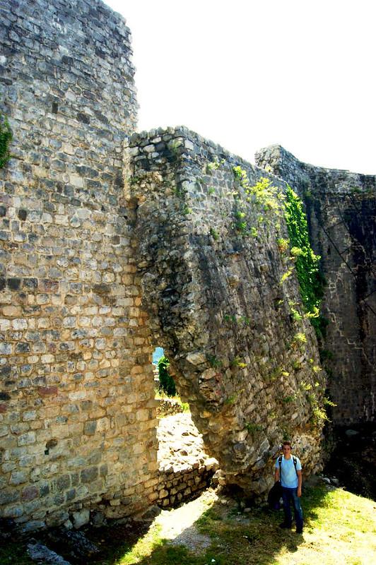 Вывалившийся кусок стены