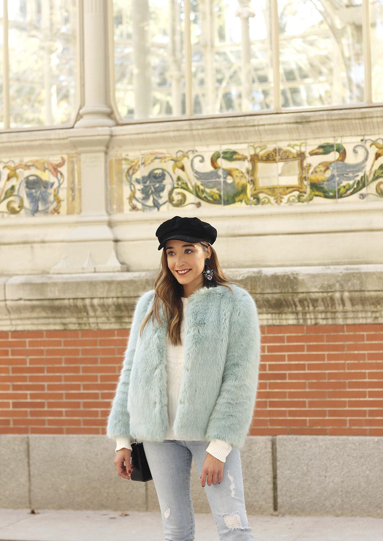blue light faux fur coat navy cap ripped jeans zara tiger uterqüe earrings outfit street style12