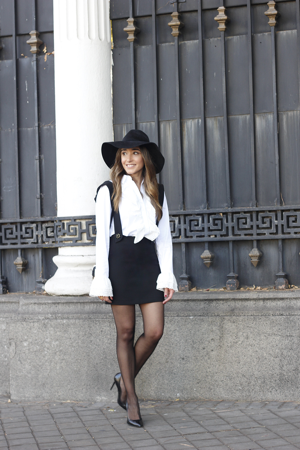 black skirt white shirt black and white outfit trend inspiration hat style fall look blanco y negro02