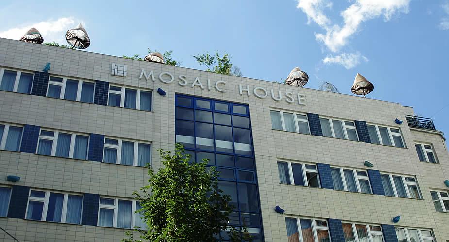 Tips Praag: moderne kunst en goedkoop hotel, Mosaïc House | Mooistestedentrips.nl