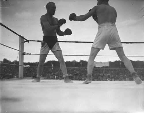 Soldiers boxing at the Inter-Allied Games, Pershing Stadium, Paris, France / Soldats boxant aux Jeux interalliés, stade Pershing, Paris (France)