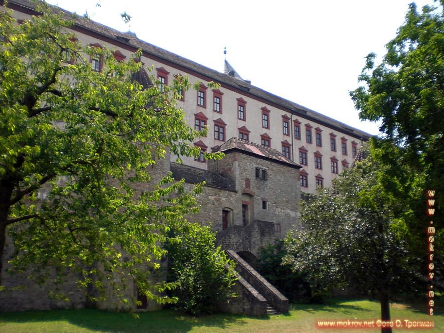 Исторический центр Вюрцбурга туристы с Фотоаппаратом