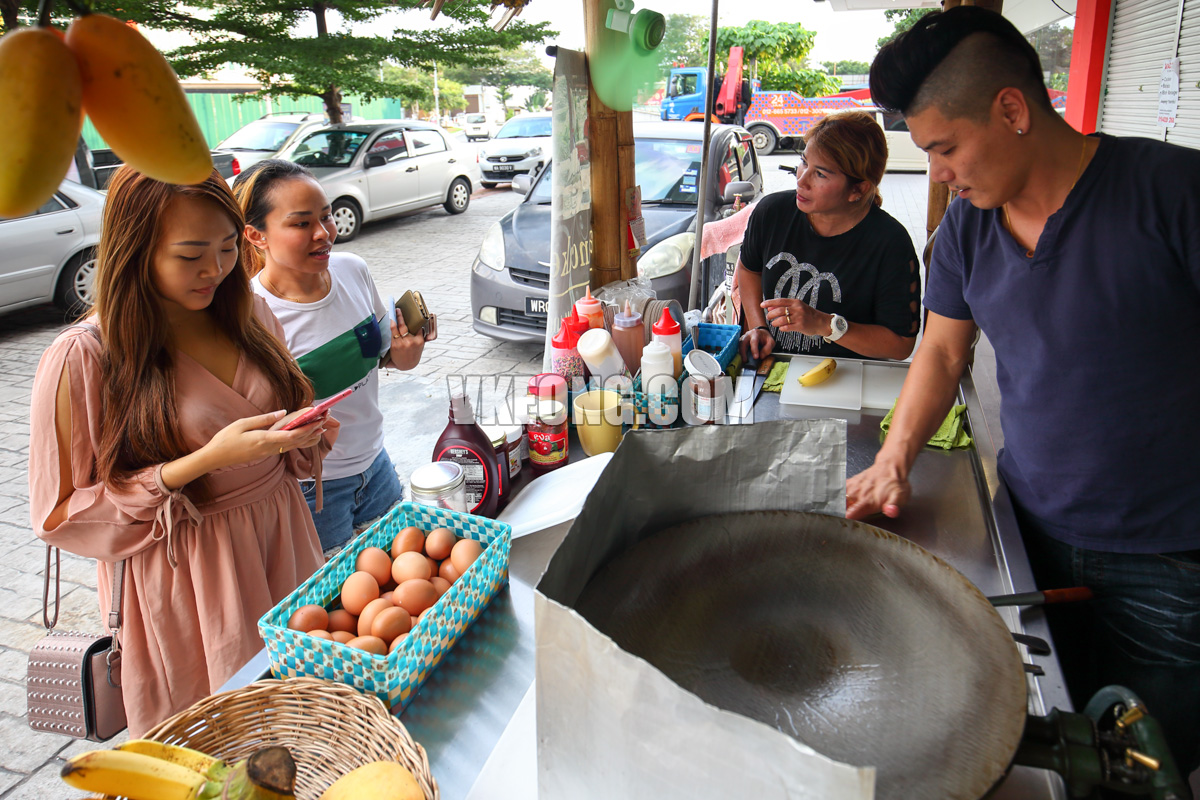 Tony-Thai-Pancake-Thai-Customers-Kepong