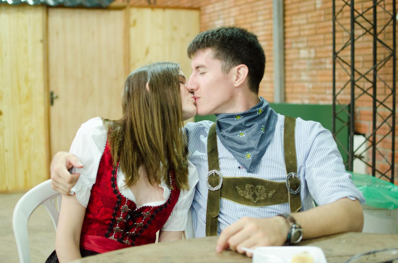Una encantadora pareja se toma un descanso durante el baile tradicional en las afueras del salón artístico del Club Alemán de Colonia Obligado. (Elton Núñez).