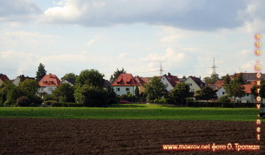 Исторический центр Швайнфурта с фотокамерой прогулки туристов