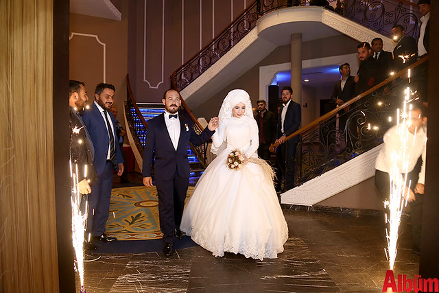 Genç çift alkışlar eşliğinde düğün salonuna giriş yaptı.