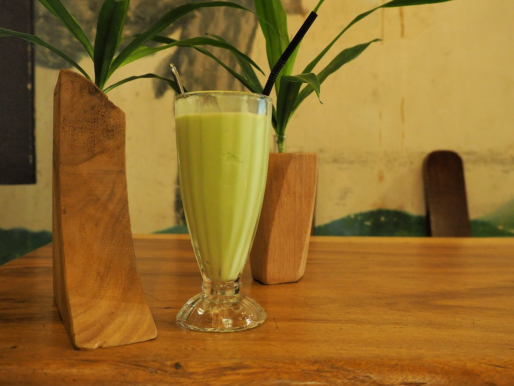 Happy 8 Cafe's Avocado Fruity Blend