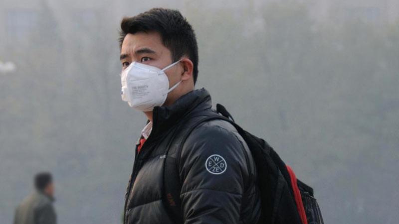 Pria menggunakan masker polusi.