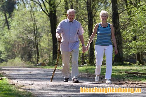Đi bộ là bài tập khá phù hợp với nhiều người bệnh mắc biến chứng tiểu đường