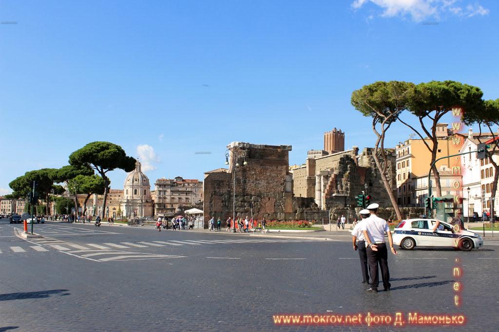 Рим — столица Италии прогулки туристов с фотокамерой
