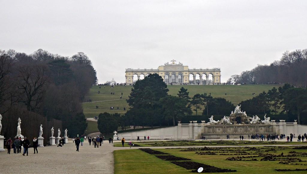 Schönbrunnin linnan takapihaa