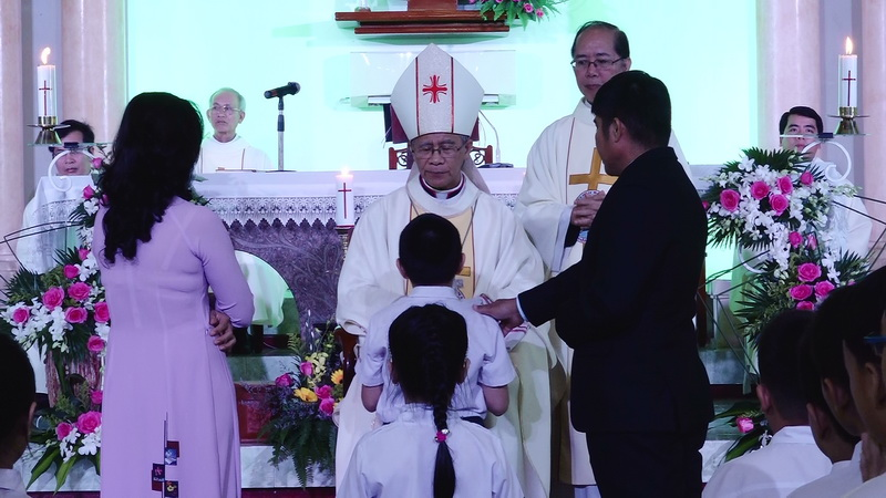 Đức Giám mục Giáo phận kinh lý và ban bí tích thêm sức tại Giáo xứ Qui Hiệp