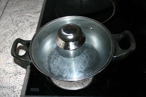 74 - Topf mit Wasser aufsetzen / Bring pot with water to a boil