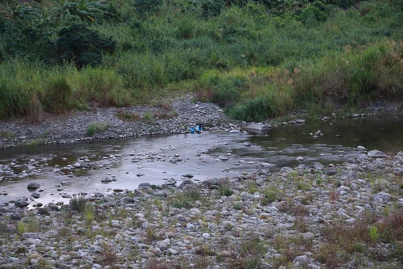 溪邊洗衣服的媽媽