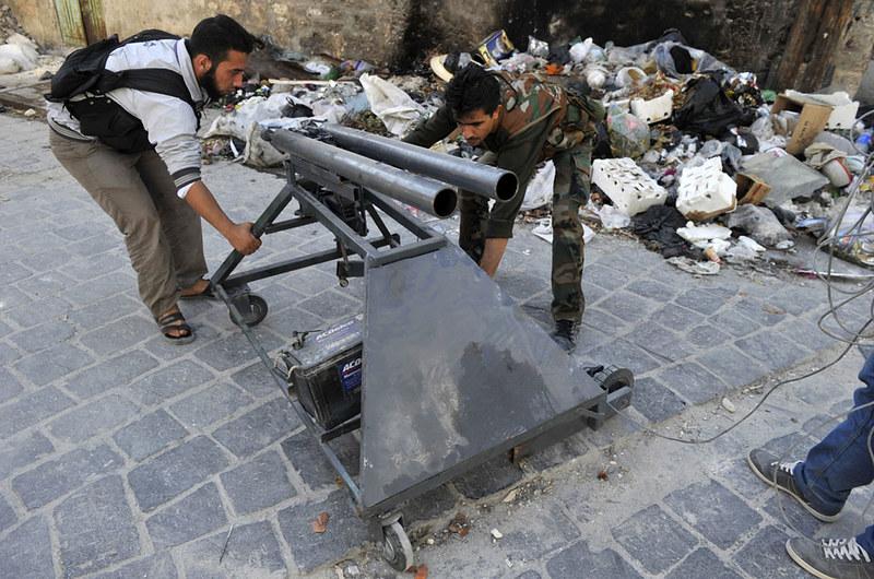 Syria-rebels-mortar-x2-aleppo-20121016-tat-1