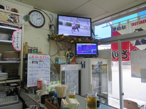 金沢競馬場のらくやの店内