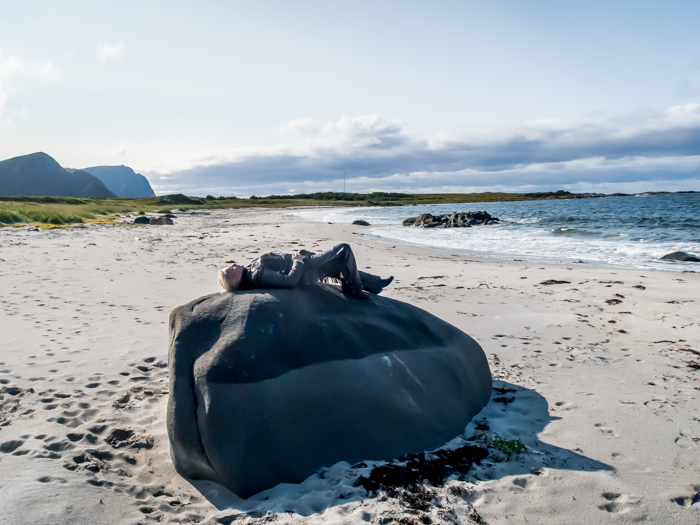 Norja Norway Andøya ranta valkoinen hiekka meri biker lady