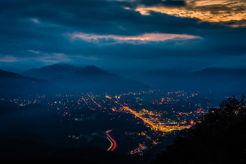 appalachia cumberlandgap cumberlandgapnationalhistoricpark kentucky middlesboro pinnacleoverlook bluehour dusk nightphotography citylights landscape sky virginia