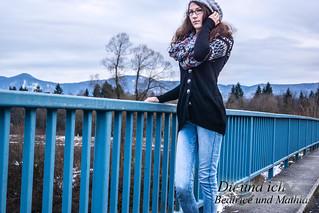 Frau auf blauer Brücke