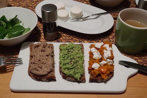 Walnussaufstrich, Avocadocreme mit Pfeffer sowie Kürbisaufstrich mit Ziegenfrischkäse auf Roggenbrot