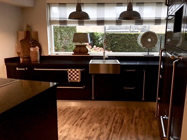 Zwarte keuken met landelijke accessoires
