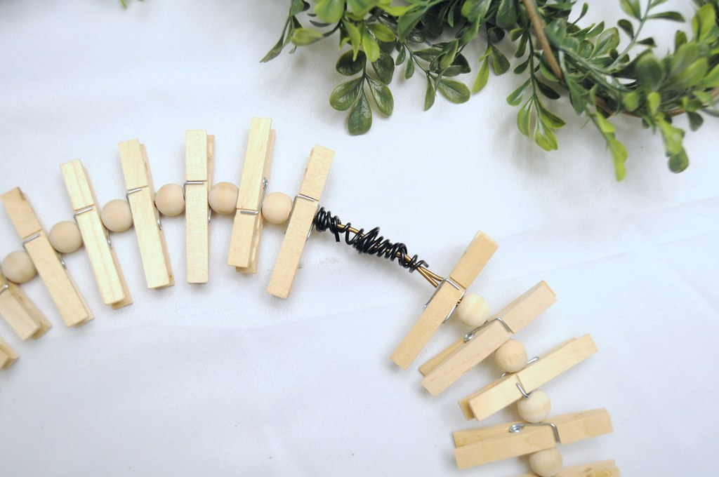 DIY Clothespin Wreath Holiday Card Display