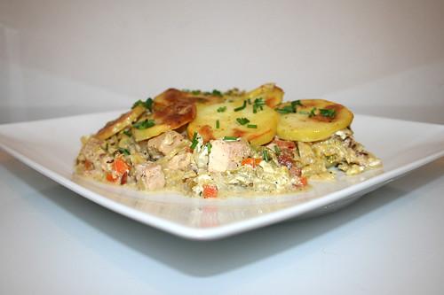 62 - Savoy potato casserole with smoked pork - Side view / Wirsing-Kartoffel-Auflauf mit Kasseler - Seitenansicht