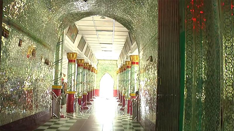 Lorong penuh mozaik kaca di salah satu bangunan samping Stupa Kaunghmudaw.