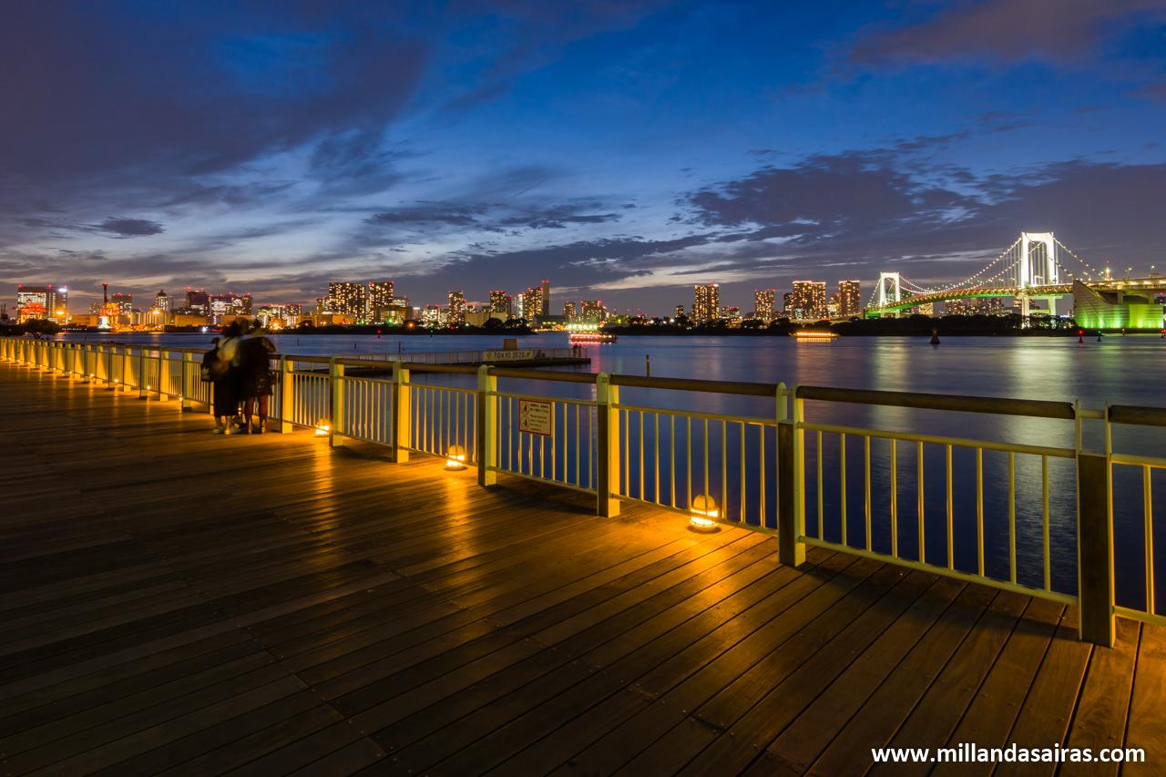 Skyline de Tokyo y el Rainbow Bridge desde Odaiba, en Tokyo