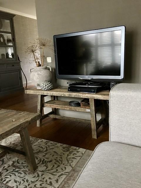 TV op houten bankje kruik met berenklauw