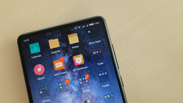 Detail layar bezelless Mi MIX 2 dengan antarmuka MiUI 9 berbasis Android Nougat (Liputan6.com/ Iskandar)