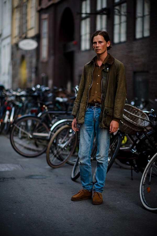カーキBarbourジャケット×ブラウンシャツ×デニムパンツ×ブラウンスエードモカシンブーツ