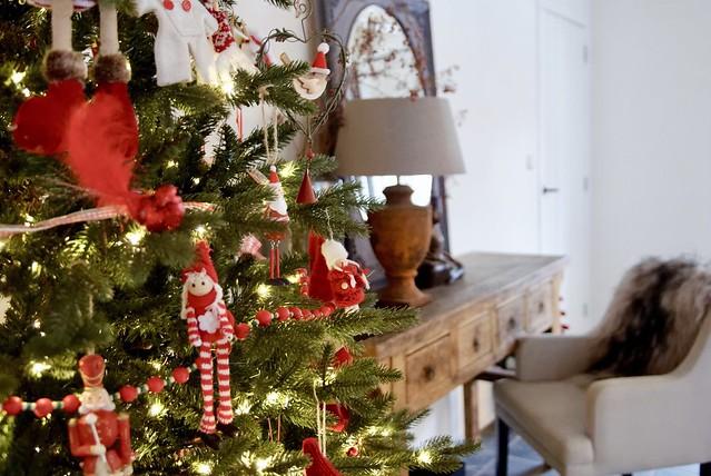 Kerstboom rood versierd landelijke stijl