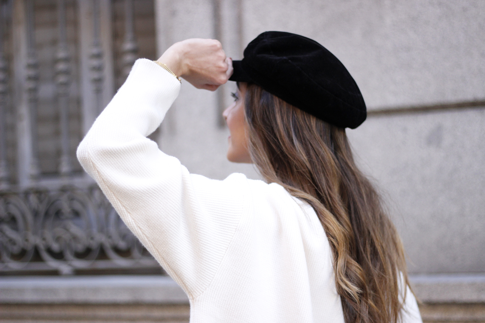 white sweater black leatherette pants sailor cap fall outfit trend tendencias otoño16