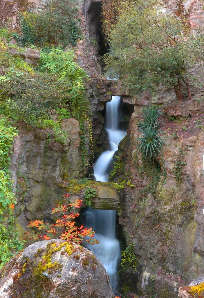 La cascade des Buttes Chaumont. 24446448608_2b8799afd2_b