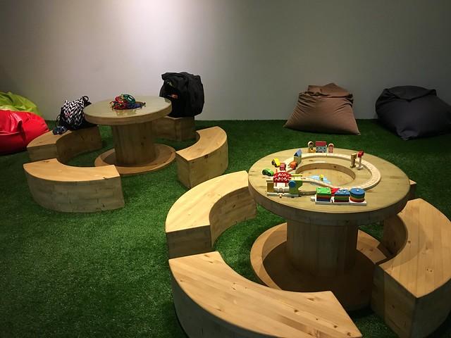 中間可以放建構片或積木的圓桌@宜蘭礁溪寒沐酒店