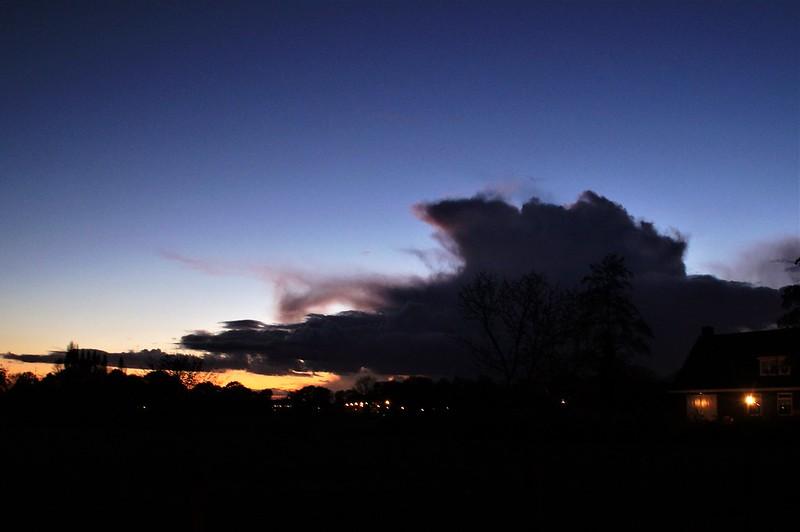 Gitzwarte wolk net na zonsondergang.