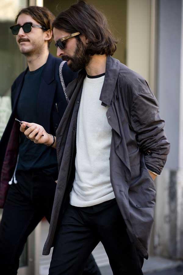 グレーステンカラーコート×白クルーネックセーター×黒パンツ