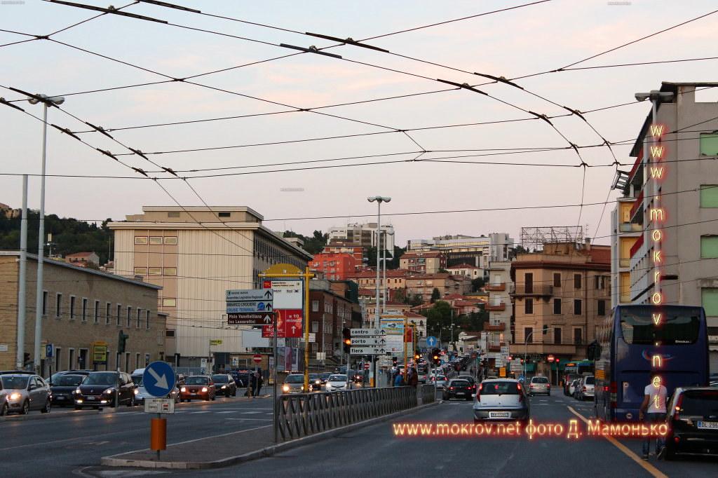 Анкона — город-порт в Италии с фотокамерой прогулки туристов