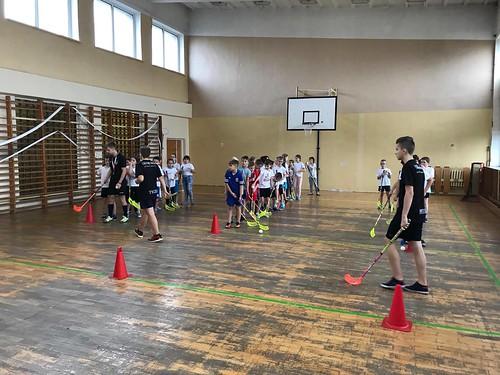 Pokazowy trening unihokeja w SP 5 Suwałki