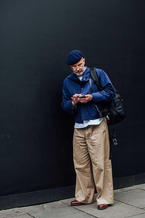 紺ベレー帽×紺ワークブルゾン×白シャツ×ワイドチノパン×ブラウンシューズ